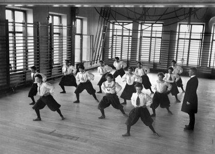 Отработка стоек в шведской гимнастике 19 века.