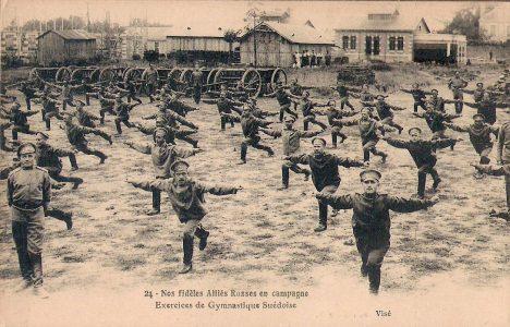 Русские солдаты выполняют асаны хатха-йоги упражнения шведской гимнастики.