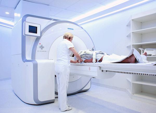 Исследования головного мозга порнозависимых с применением магнитно-резонансной томографии Возможности современной медицины позволяют все глубже изучать организм человека, работу его физиологических систем и отдельных органов. Особый интерес представляют исследования головного мозга порнозависимых с применением магнитно-резонансной томографии. Некоторые факты и комментарии. По результатам исследования у порнозависимых: 1.Присутствуют повторяющиеся проявления на сексуальные раздражители, оказывающие скрытое воздействие на сознание, аналогичные реакциям на химические вещества. 2. Отмечены существенные отклонения в работе коры головного мозга, а именно, его системы стимуляции, связанные с просмотром порно при отсутствии сексуального желания. 3.Половина порнозависимых не испытывают сексуального влечения к партнерше или не могут достичь эрекции, как это удается при просмотре порно. 4. Существует взаимосвязь между отклонениями в работе коры головного мозга и частотой и продолжительностью просмотра порнографии, что вызывает такие последствия как: уменьшается масса и размер серого вещества головного мозга; теряется отзывчивость системы вознаграждения; повреждается связь между нервными окончаниями центра вознаграждения и префронтальной корой головного мозга, что уменьшает чувствительность, как и у других зависимых; - прекращает отзываться система удовольствия; для включения центра вознаграждения требуется усиление воздействия на центр удовольствия; нервная система перестает адекватно реагировать на сексуальные раздражители. 5. Функционирование головного мозга порнозависимого ничем не отличается от работы головного мозга зависимого от воздействия химических веществ. Поведение обоих характеризуется острой привязанностью независимо от последствий. В научных медицинских кругах многих стран мира существует мнение, что порнозависимость не только нарушает протекание физиологических процессов организма больного, но и разрушительно воздействует на участки головного мозга, отвечающие з