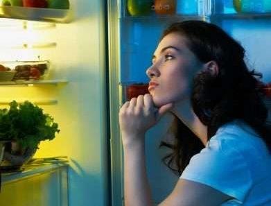 Влияет ли еда на ночь на вес?