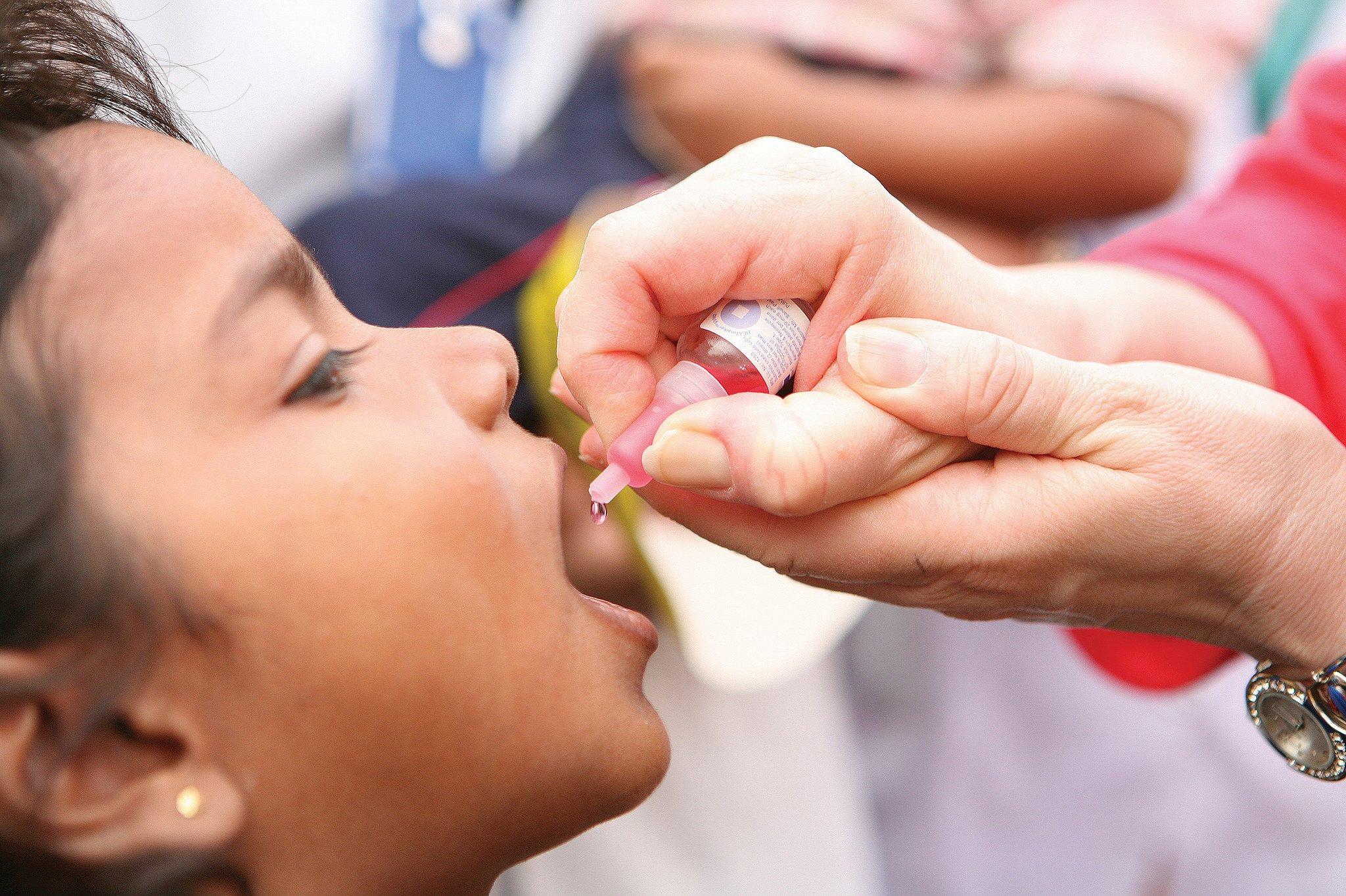 Вакцина против полиомиелита, вызывающая ... полиомиелит