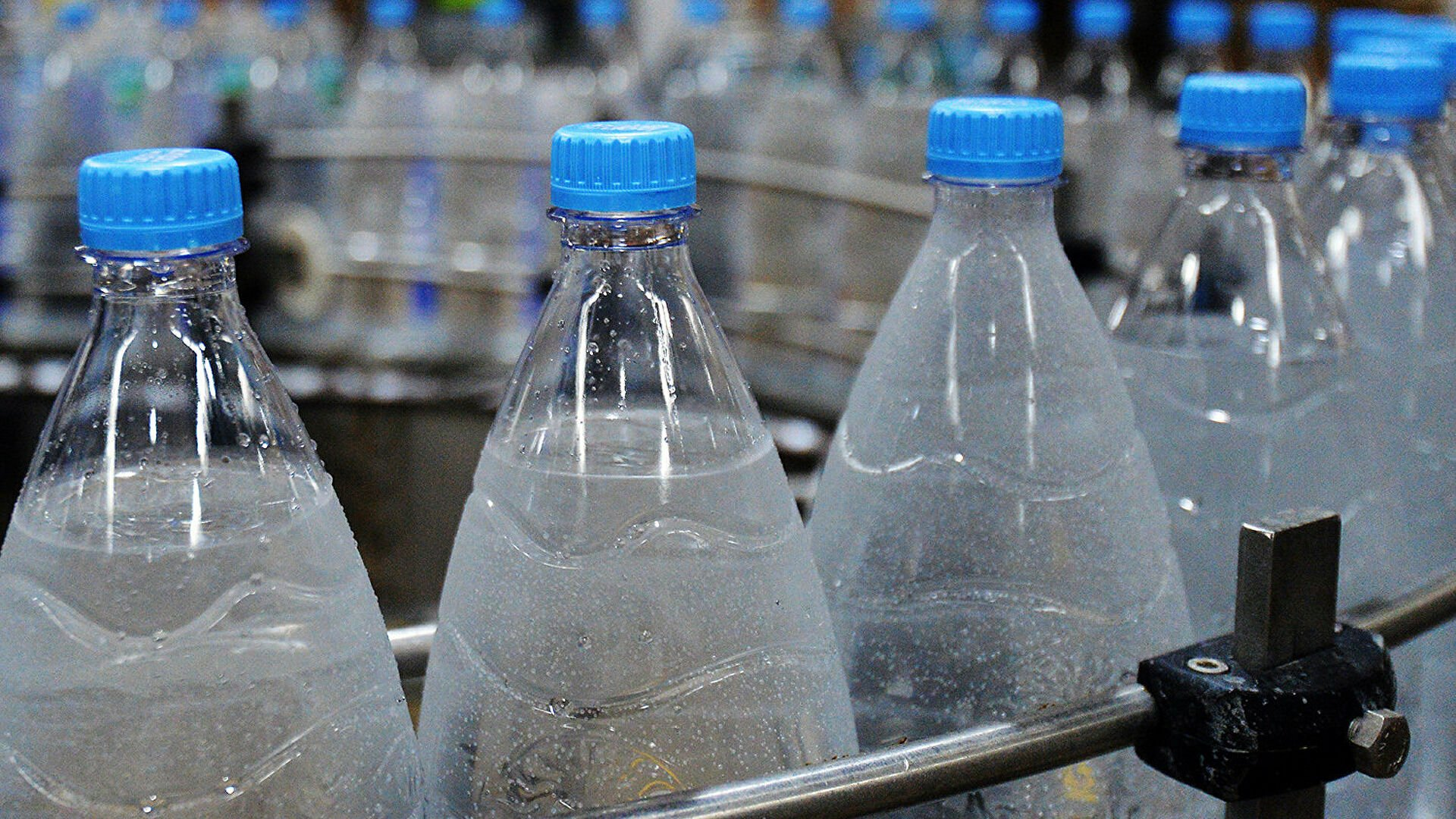Токсичные химические вещества в кухонной посуде загрязнили питьевую воду для миллионов