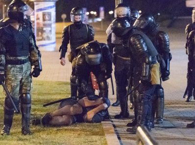 Немецкая полиция стреляет из водометов по протестующим и арестовывает сотни людей